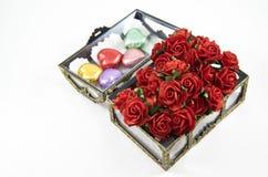 Contenitori di cioccolato di apertura con le rose Fotografie Stock