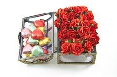 Contenitori di cioccolato di apertura con le rose Immagini Stock Libere da Diritti