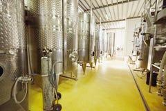 Contenitori di fermentazione del vino dell'acciaio inossidabile in una cantina Fotografia Stock