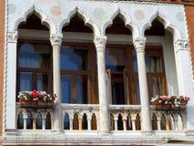 Contenitori di fiore sul balcone di marmo Fotografia Stock Libera da Diritti