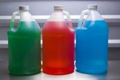 Contenitori di gallone con liquido colorato Fotografia Stock Libera da Diritti