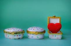 Contenitori di gioielli con uno che ha un cuore rosso dentro Fotografie Stock Libere da Diritti