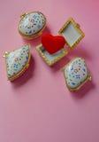 Contenitori di gioielli con uno che ha un cuore rosso dentro Fotografia Stock Libera da Diritti