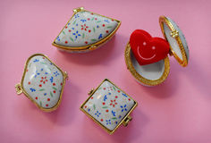 Contenitori di gioielli con uno che ha un cuore sorridente rosso dentro Immagini Stock