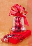 Contenitori di gioielli e palle rossi di Natale Fotografie Stock