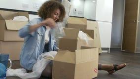 Contenitori di imballaggio della donna pronti per il movimento della Camera archivi video