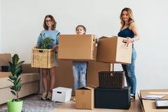 Contenitori di imballaggio della famiglia nella nuova casa il giorno commovente fotografie stock