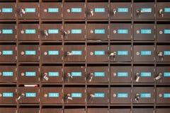 Contenitori di legno di posta con il numero e le chiavi di stanza Immagini Stock Libere da Diritti
