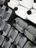 Contenitori di plastica d'argento e bianchi dell'olio Immagine Stock