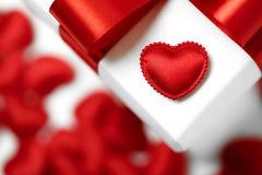Contenitori di regali con i cuori del tessuto, concetto di giorno di biglietti di S. Valentino Fotografia Stock