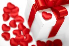 Contenitori di regali con i cuori del tessuto, concetto di giorno di biglietti di S. Valentino Immagine Stock