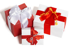 Contenitori di regali con il nastro e l'arco su fondo bianco Immagini Stock Libere da Diritti
