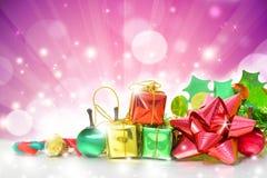 Contenitori di regali di Natale su fondo rosa Fotografia Stock