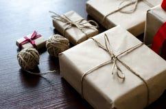 Contenitori di regalo avvolti in carta kraft Fotografia Stock Libera da Diritti