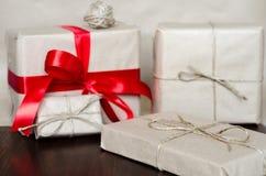 Contenitori di regalo avvolti in carta kraft Fotografia Stock
