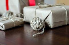 Contenitori di regalo avvolti in carta kraft Fotografie Stock Libere da Diritti