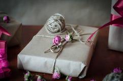 Contenitori di regalo avvolti in carta kraft Immagini Stock