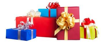 contenitori di regalo avvolti in carta variopinta Immagini Stock