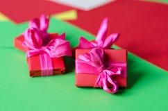 Contenitori di regalo avvolti variopinti Fotografie Stock Libere da Diritti