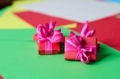 Contenitori di regalo avvolti variopinti Immagine Stock