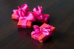 Contenitori di regalo avvolti variopinti Immagini Stock Libere da Diritti