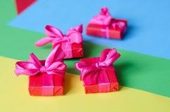 Contenitori di regalo avvolti variopinti Fotografia Stock Libera da Diritti