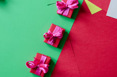 Contenitori di regalo avvolti variopinti Fotografie Stock