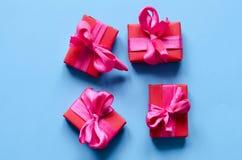 Contenitori di regalo avvolti variopinti Immagini Stock