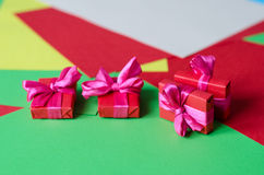 Contenitori di regalo avvolti variopinti Fotografia Stock
