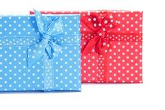 Contenitori di regalo blu e rossi su fondo bianco Immagine Stock Libera da Diritti