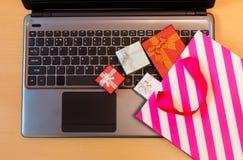 Contenitori di regalo, borsa del regalo sulla tastiera del computer portatile Concetto online di acquisto Fotografie Stock Libere da Diritti