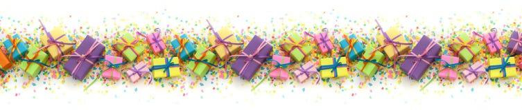 Contenitori di regalo colorati con i nastri variopinti Priorità bassa bianca lungo Fotografie Stock Libere da Diritti