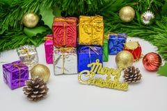 Contenitori di regalo con gli oggetti della decorazione per il giorno di Natale Immagine Stock