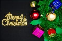 Contenitori di regalo con gli oggetti della decorazione per il giorno di Natale Immagini Stock Libere da Diritti