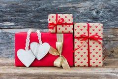 Contenitori di regalo con i cuori su fondo di legno Copi lo spazio Fotografia Stock