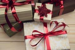 Contenitori di regalo con i nastri rossi Fotografie Stock Libere da Diritti