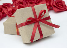 Contenitori di regalo con i nastri rossi del raso Immagini Stock Libere da Diritti