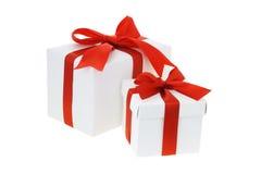 Contenitori di regalo con i nastri rossi dell'arco Fotografia Stock