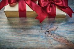 Contenitori di regalo con i nastri rossi sul raggiro d'annata di feste del bordo di legno Fotografia Stock