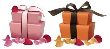 Contenitori di regalo con i petali Fotografie Stock