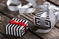 Contenitori di regalo con il nastro d'argento curvo Fotografia Stock Libera da Diritti