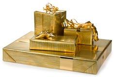 Contenitori di regalo con il nastro e l'involucro dorati Fotografia Stock
