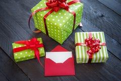 Contenitori di regalo con il nastro rosso Immagini Stock