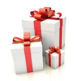 Contenitori di regalo con il nastro rosso sul pavimento bianco Fotografie Stock Libere da Diritti