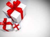 Contenitori di regalo con il nastro rosso sul pavimento bianco Fotografia Stock