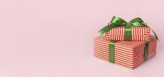 Contenitori di regalo con il nastro verde sulla disposizione piana del fondo di rosa Il concetto di festa, il nuovo anno o conten fotografie stock libere da diritti