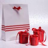 Contenitori di regalo con il pacchetto piacevole Fotografie Stock