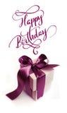 Contenitori di regalo con l'arco marrone su un buon compleanno bianco del testo e del fondo Iscrizione di calligrafia Fotografie Stock