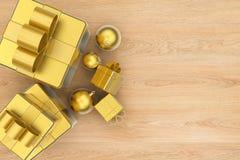 Contenitori di regalo con la vista superiore delle palle di natale Fotografia Stock Libera da Diritti