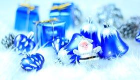 Contenitori di regalo con le decorazioni di natale Immagine Stock